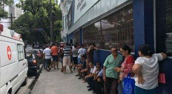 Pacientes formam fila do lado de fora da Fundação Altino Ventura
