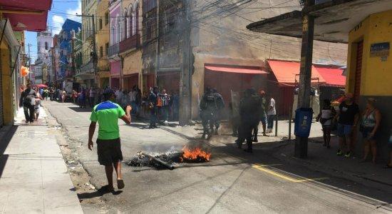 Ambulantes ateiam fogo em pneus durante protesto na Rua Direita