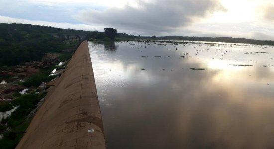 Fortes chuvas fazem verter barragens no Sertão de Pernambuco