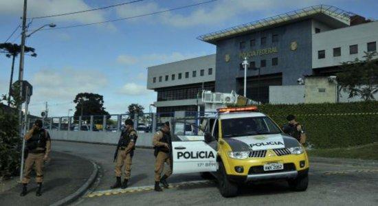 Lula recebe visita dos filhos na carceragem da PF em Curitiba