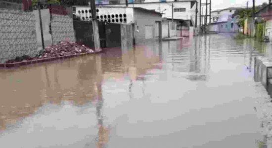 Moradores de Olinda reclamam de descaso da prefeitura após alagamento