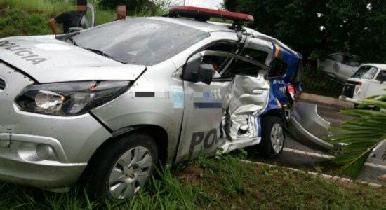 Colisão entre viatura da PM e caminhonete deixa dois feridos