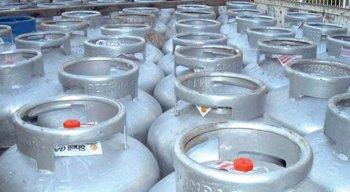 Caminhões carregados com botijões de gás de cozinha foram impedidos de entrar no Porto de Suape