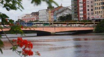 Ônibus pararam no centro do Recife e passageiros precisaram desembarcar