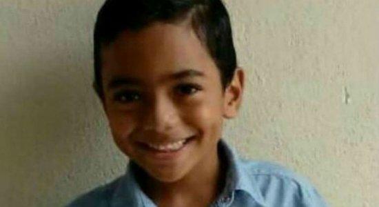 Familiares se despedem de menino morto por bala perdida em Escada