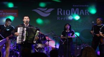 Nesta quinta-feira (7) sobem ao palco o grupo Forró Quenga de Coco e a cantora Liv Morais