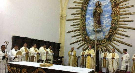 Fieis celebram Dia de Santo Antônio na catedral da Sé