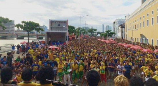 Mega estrutura no Recife Antigo leva milhares para ver jogo do Brasil