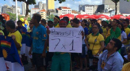 Pernambucanos alimentam esperanças pelo hexa em arena no Recife Antigo