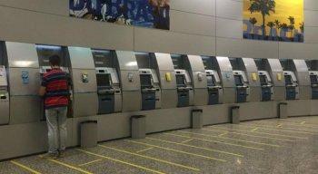 Agências bancárias abrem em horário especial