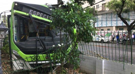 Ônibus derruba muro ao ser atingido por caminhão que avançou sinal