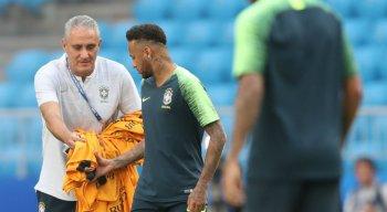 Tite e Neymar durante treino da seleção