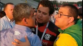 Imagem mostra jornalista questionando os torcedores