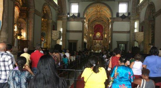 Fiéis lotam Basílica do Carmo durante novenário em homenagem à Santa