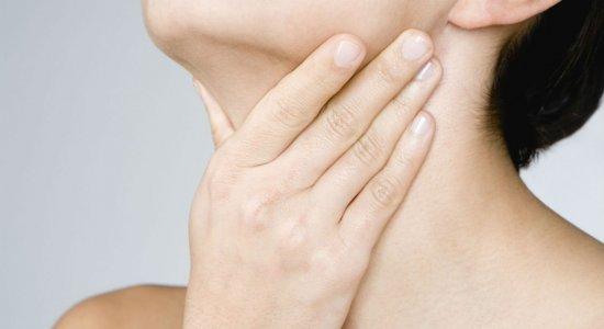 Especialista afirma que estalos no pescoço podem causar AVC