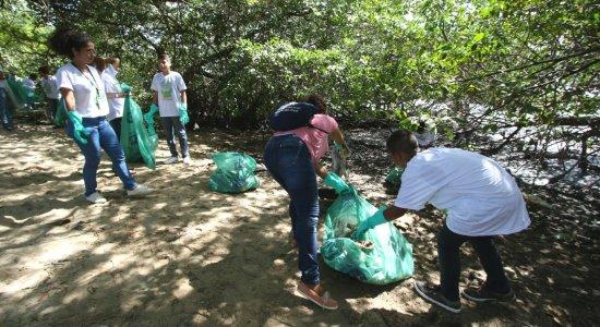 Voluntários retiram lixo em trecho de mangue na bacia do Pina