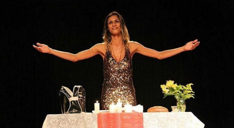 A atriz Renata Carvalho em encenação de