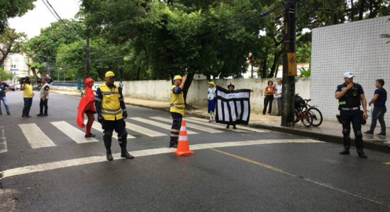 Ação educativa da CTTU orienta o trânsito na volta às aulas no Recife