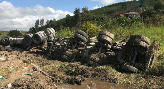 Motorista morre após capotamento de caminhão em Quipapá