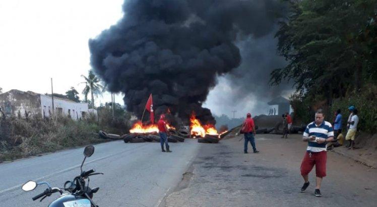 A PE-50, em Glória do Goitá, também é palco dos protestos