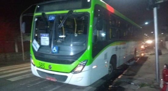 Seis ônibus são alvos de assaltantes nas últimas 24h na RMR