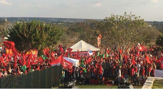 Manifestantes protestam em frente ao TSE em defesa da candidatura de Lula