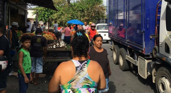 Ambulantes reclamam de retirada de barracas no bairro de Caixa D'Água
