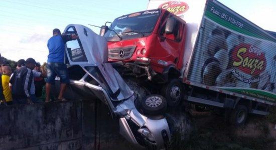 Carro fica completamente destruído após colisão com caminhão na BR-232