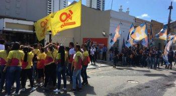 Militantes de Paulo Câmara e Armando Monteiro esperam candidatos na Rua da União