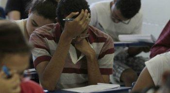 Alunos do Ensino Médio não aprendem básico de português e matemática