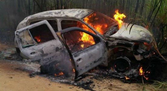 Dois corpos são encontrados dentro de carro em chamas em Ipojuca