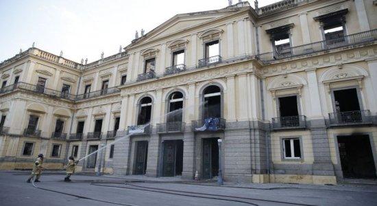Campanha pede doação de livros para biblioteca do Museu Nacional