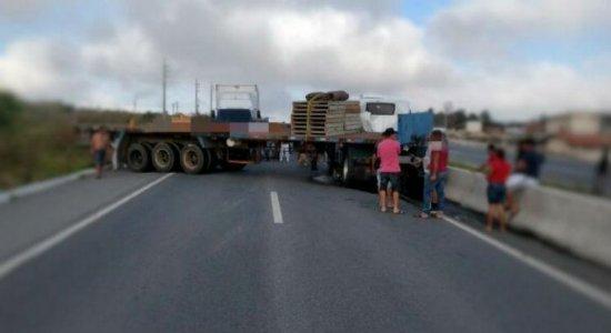 Carreta fica atravessada e bloqueia trânsito na BR-232, em Caruaru