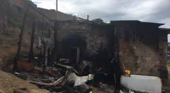 Incêndio que atingiu barraco em Águas Compridas, Olinda, deixou uma criança morta