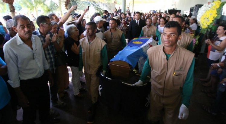 Caixão com o corpo da jornalista Graça Araújo foi coberto com uma bandeira de Pernambuco