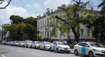 Taxistas fazem protesto em frente a câmara de vereadores do Recife