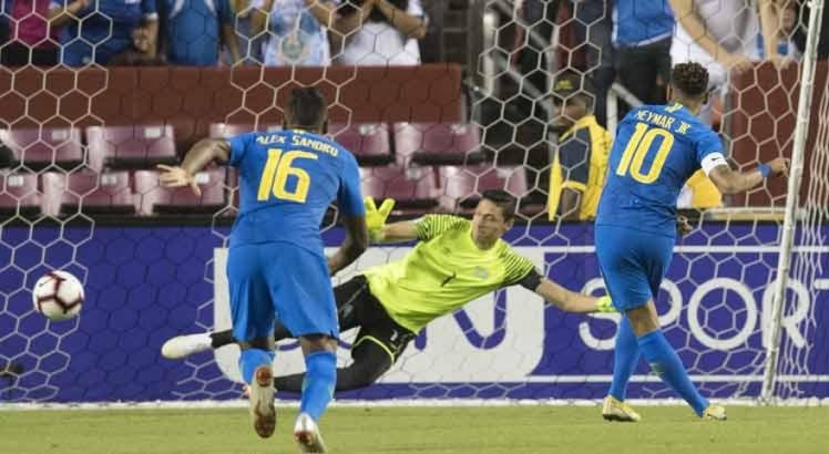 Neymar abriu o placar de pênalti, mas levou amarelo por simulação