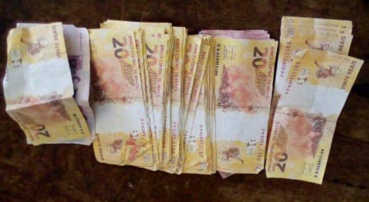O suspeito foi autuado em flagrante com R$ 1990 em notas falsas
