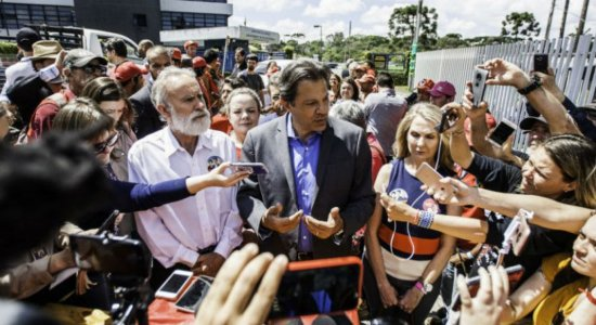 Em Curitiba, Haddad visita Lula e cumpre agenda de campanha