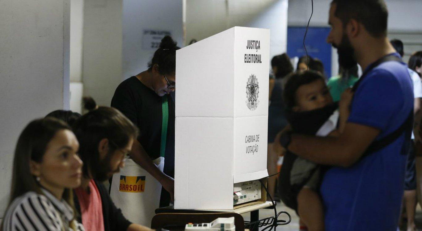 Mesária é presa por espalhar informação falsa de que urna tinha votos na memória