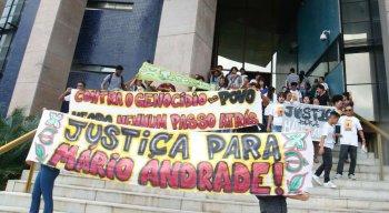 Grupo protestou em frente ao fórum pedindo justiça para o caso