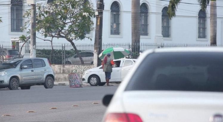Segundo denúncia, flanelinhas tomaram conta da região e estão impondo regras de estacionamento