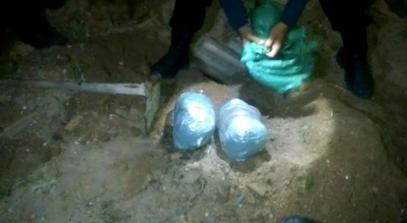 PM encontra dois quilos de maconha enterrados em quintal em Camaragibe