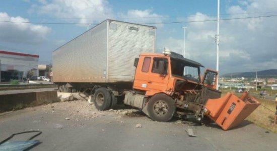 Caminhão bloqueia trânsito no sentido Recife na BR-232, em Bezerros