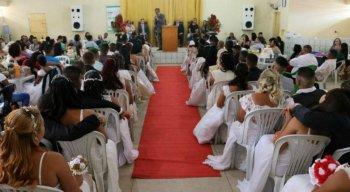 O casamento coletivo aconteceu na manhã desta quinta-feira (25)