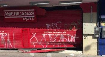 Um caminhão foi usado para tentar abrir a porta da loja e roubar os equipamentos eletrônicos