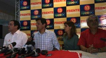 Haddad com sua esposa e o governador Paulo Câmara (PSB), e o senador Humberto Costa (PT)