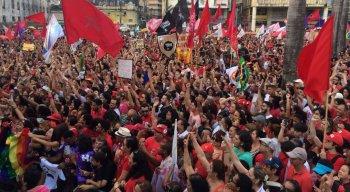 Militantes e representantes de movimentos sociais aguardam chegada do candidato petista