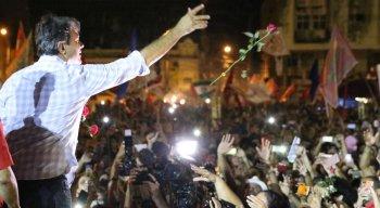 Fernando Haddad em cato de campanha no centro do Recife, nesta quinta-feira (25)
