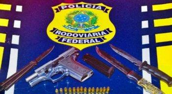 O motorista estava com uma pistola 380, munições e três facas